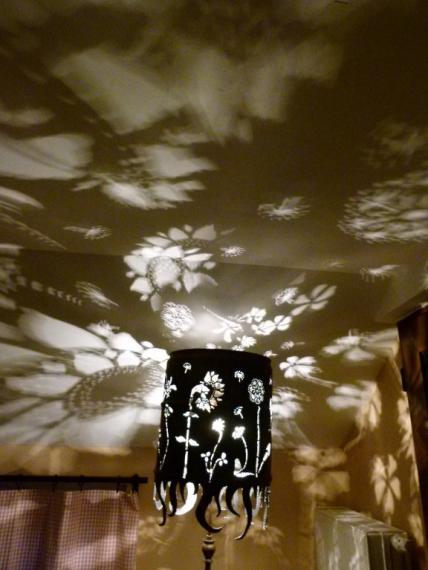 Lichtreflexionen an Decke und Wänden