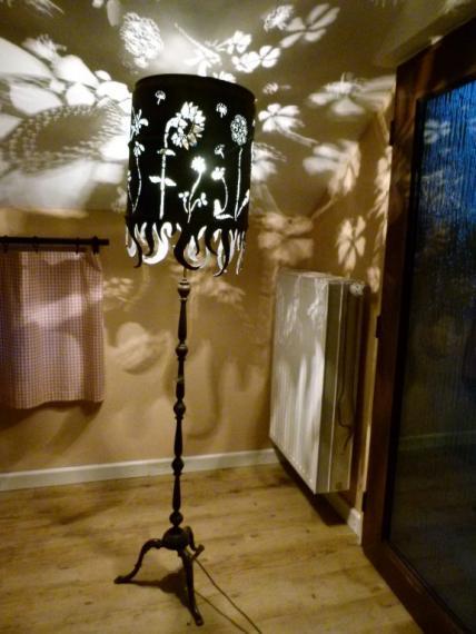Stehlampe mit Blumenmotiven